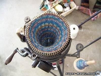 Вязание на вязальной машинке.